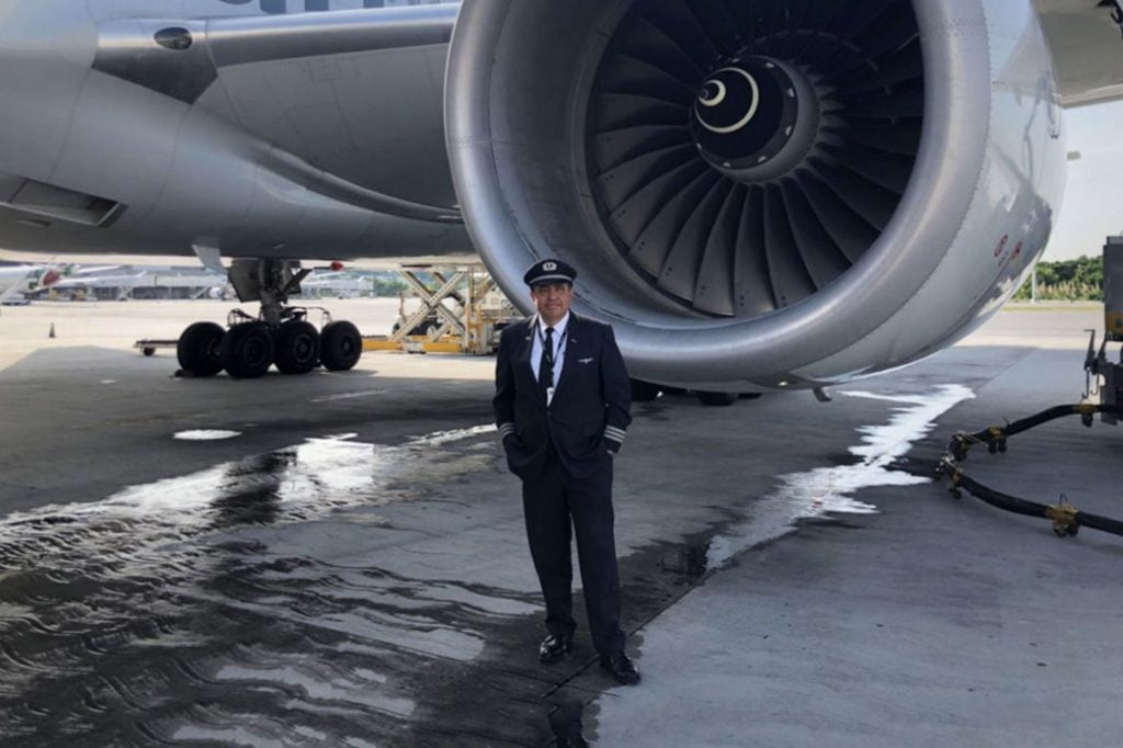 The boy who dreamed of being a pilot from a rooftop and today flies on American Airlines