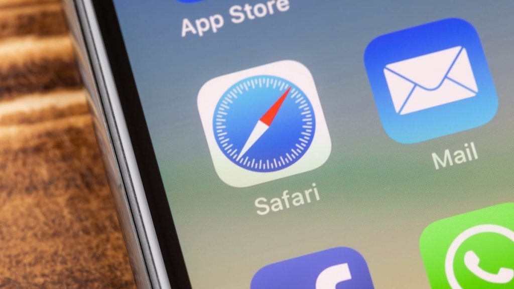 How to Move Safari's Search Bar Back Where It Belongs in iOS 15