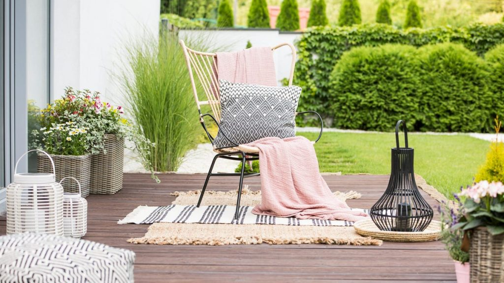 How to Spruce Up Your Outdoor Living Space in the Cheapest Possible Way